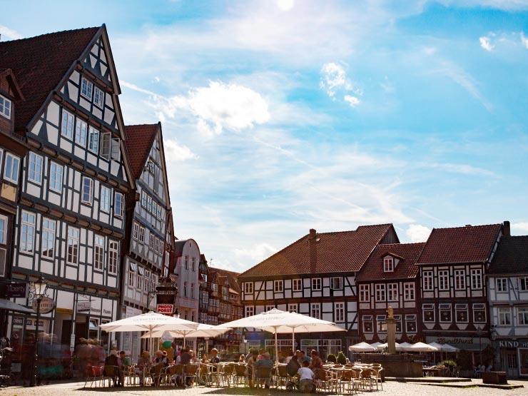 Marktplatz mit Cafés