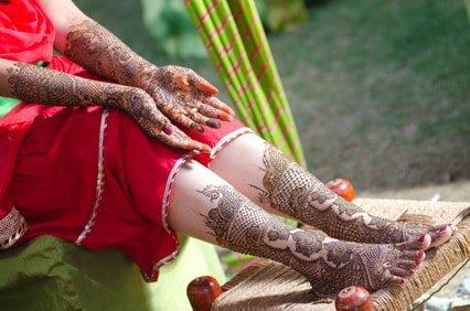 Suaheli Braut mit Henna