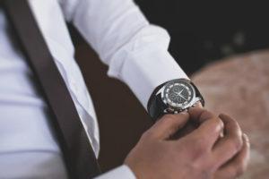 Geschäftsmann stellt Uhr
