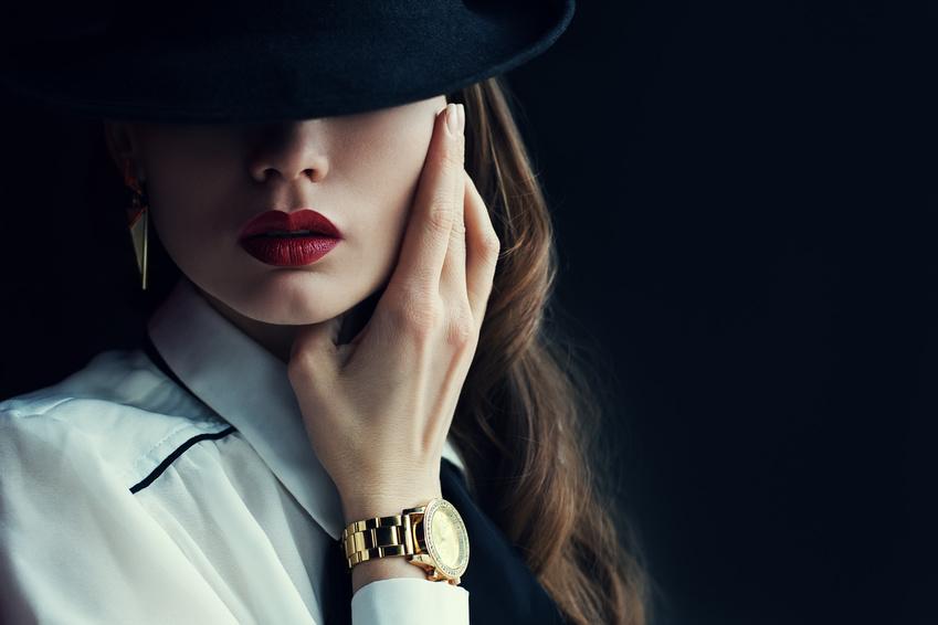 Junge Frau mit Luxusuhr