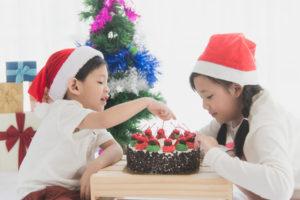 Asiatische Kinder mit Weihnachtstorte