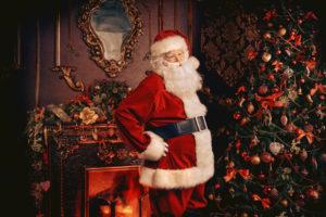 Weihnachtsmann vorm Tannenbaum