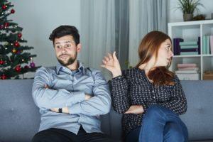 Junges Paar streitet sich zu Weihnachten