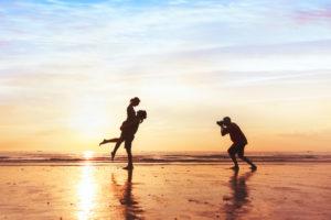 Fotograf und Pärchen im Sonnenuntergang