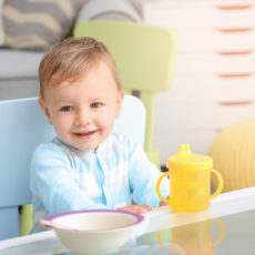 So lernt Ihr Baby aus der Tasse zu trinken