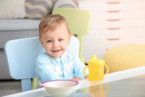 Junge mit Essgeschirr