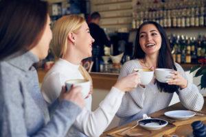 Mädchen machen Kaffeekränzchen