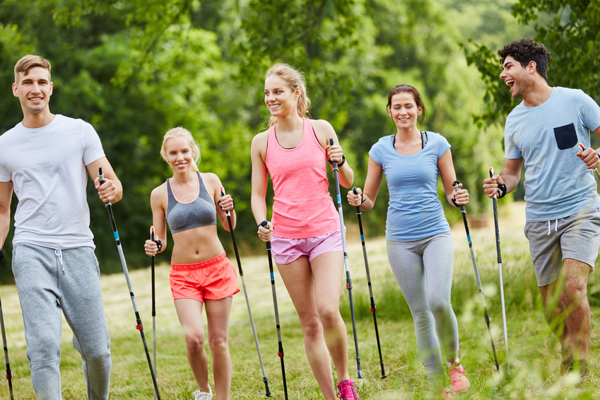 Gruppe macht Nordic Walking