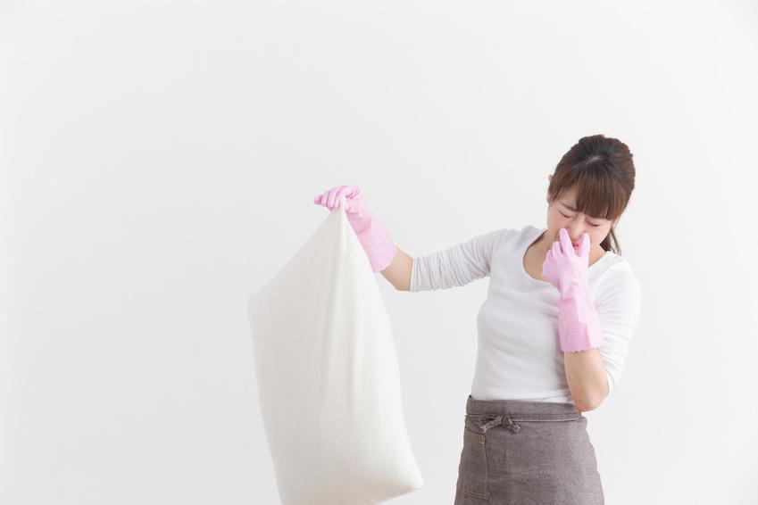 Frau mit stinkendem Kissen