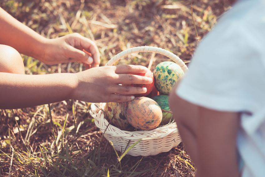 Kinder mit Korb voll Ostereier