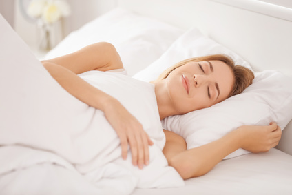 Frau schläft auf Rücken