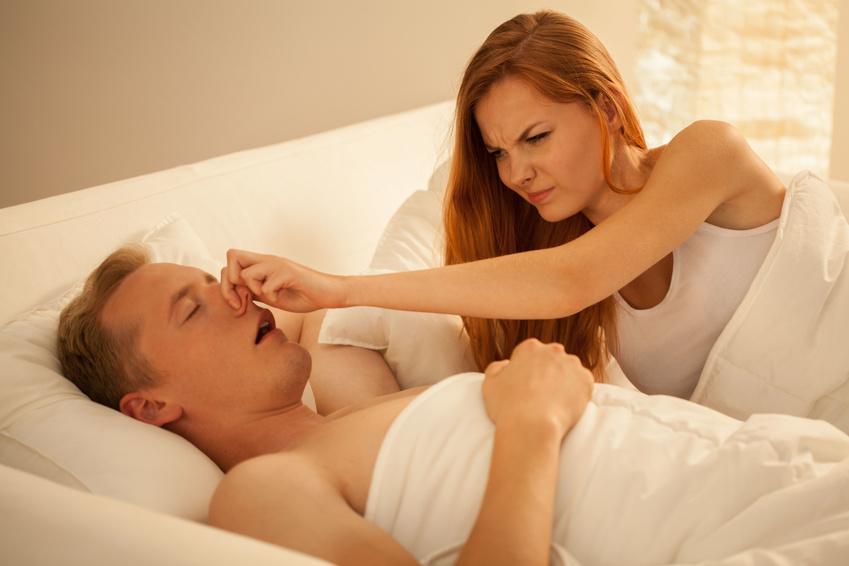Frau hält Mann Nase zu
