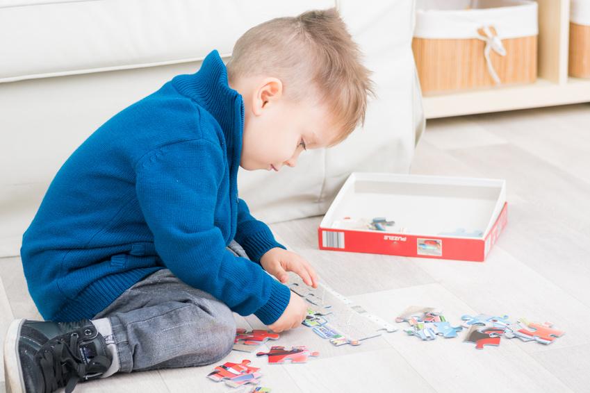 kleinkind beim puzzeln