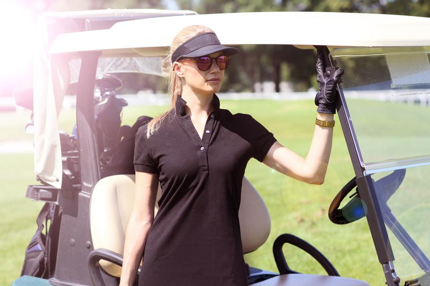Golferin im Polo-Shirt
