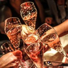 Alles rund um Anstoßen, den Toast & andere Trink-Rituale