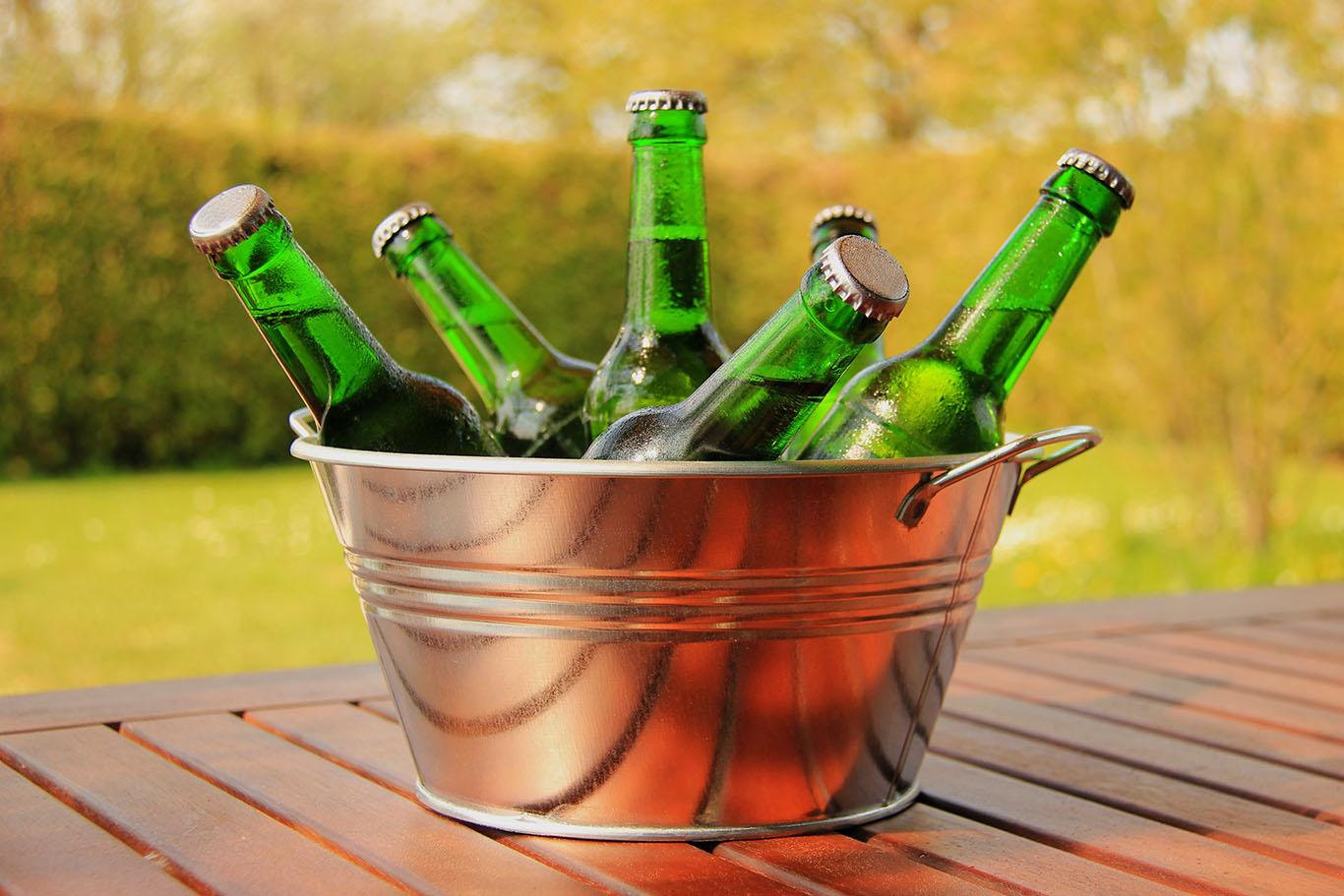 Bierflaschen im Eimer